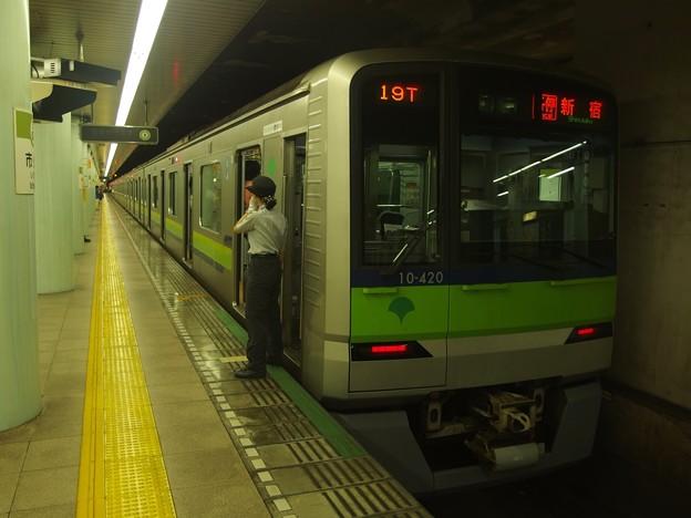 都営新宿線市ヶ谷駅1番線 都営10-420F各停新宿行き笛扱い