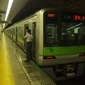 Photos: 都営新宿線市ヶ谷駅1番線 都営10-420F各停新宿行き笛扱い