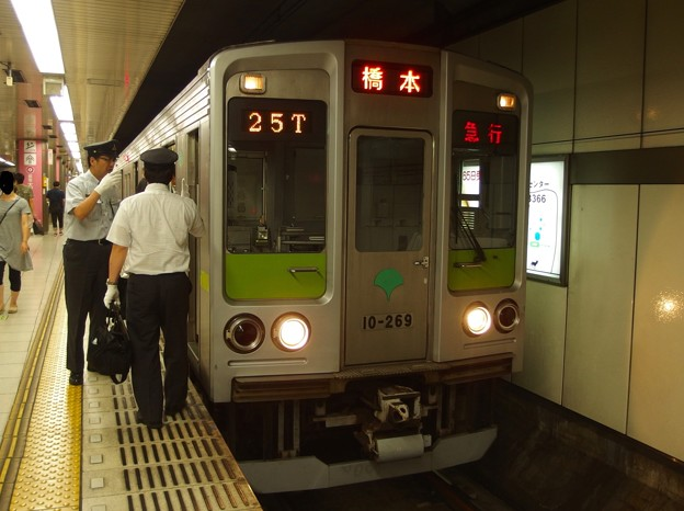 京王新線新宿駅4番線 都営10-260F急行橋本行き乗務員交代