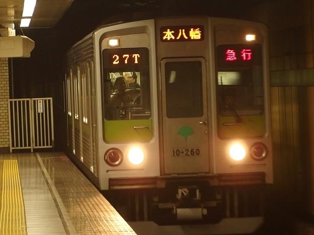 都営新宿線森下駅2番線 都営10-260F急行本八幡行き進入(ヨセ)