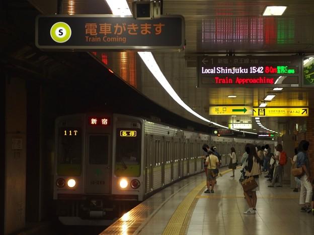 都営新宿線曙橋駅1番線 都営10-260F各停新宿行き進入