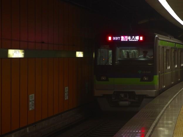 都営新宿線新宿三丁目駅2番線 都営10-560F急行本八幡行き通過
