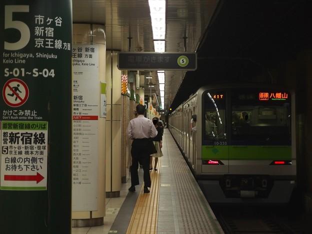 都営新宿線九段下駅5番線 都営10-330F各停八幡山行き前方確認