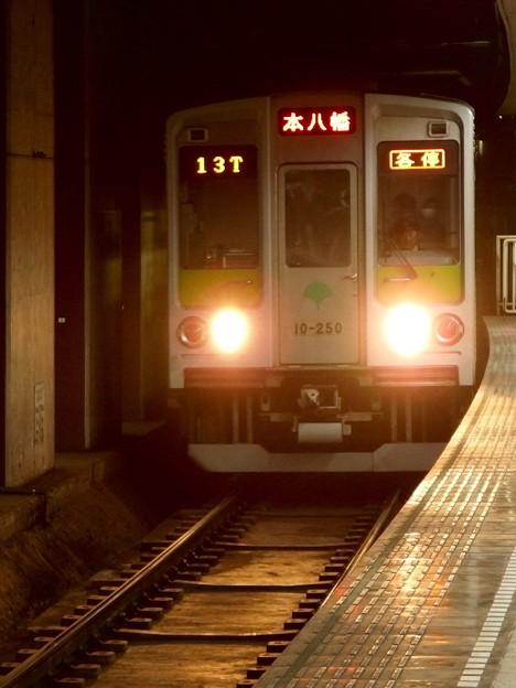 都営新宿線曙橋駅2番線  都営10-250F各停本八幡行き進入(タテ)