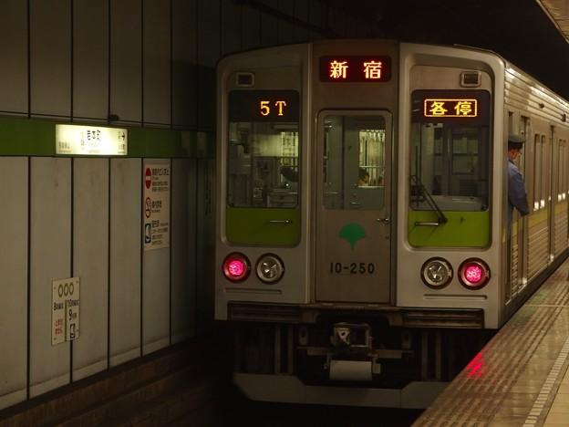 都営新宿線岩本町駅1番線 都営10-250F各停新宿行き停止位置よし