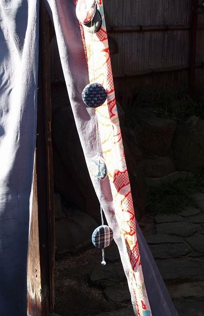 写真: 手作り暖簾と吊るし飾り