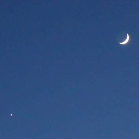 Photos: 久々デジカメで月と金星