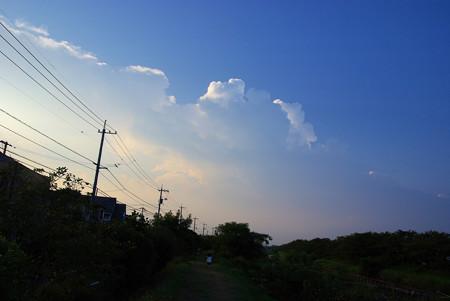 夏雲の立つ夕暮れ時