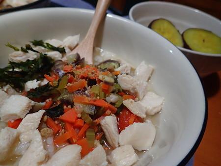 今宵のマリうみ飯はお粥の上に人参、茄子、胡麻、岩のり、トマトをコトコト似てかけました。その周りに鶏肉さん