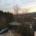 写真: サロンの窓から見える朝の赤富士