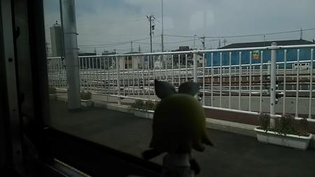陽羽里駅に停車。 リン:「ひばりがよく鳴く駅?w」