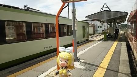戸狩野沢温泉駅に停車。 リン:「何かとがってんの!?」