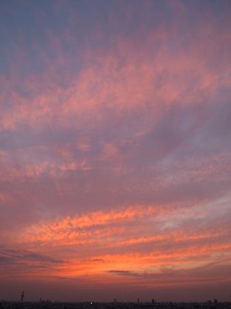 波打つ雲が赤く