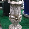 写真: アカンサス型の陶製花瓶