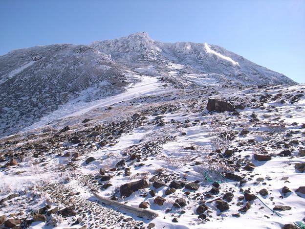 日本の山 雪山講習会 那須茶臼岳  峰の茶屋から噴気を上げる茶臼岳。