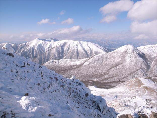 日本の山 雪山講習会 那須茶臼岳 茶臼岳直下から流石山~三倉山の稜線。その向こうは福島・会津です。