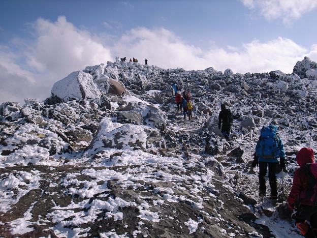 日本の山 雪山講習会 那須茶臼岳 凍てつく稜線。頂上まであと少しです。