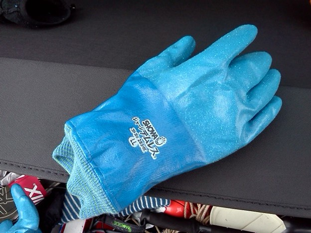 気温高い時のスキーは手袋濡れるので防水テムレスの中にフリース厚めの手袋入れて使ってみた。ちょっと日が陰ると寒いが中は濡れなくて良い感じ。
