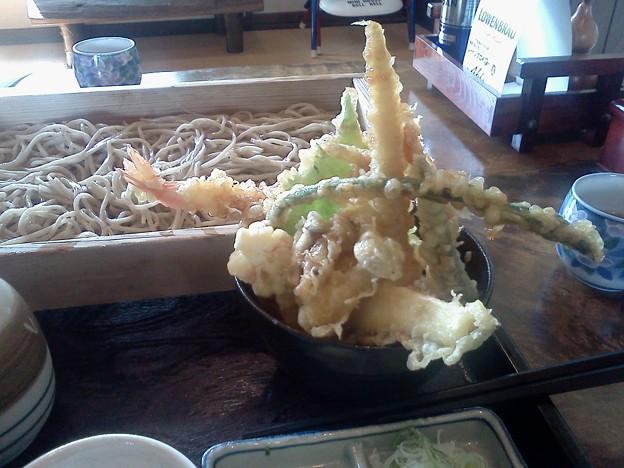 昨日食べた鶴岡は草介の天丼セット。天ぷらの盛りがスゴい!