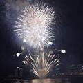 写真: 屋形船から見たお台場の花火