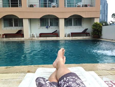 プールサイドで一休み