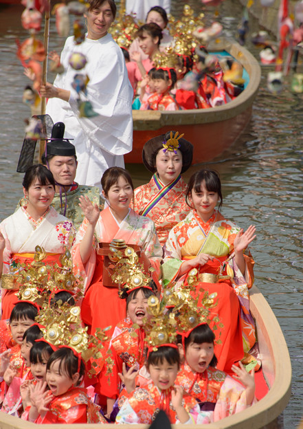 写真: おひな様水上パレード