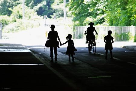 車道の親子連れ。