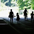 写真: 車道の親子連れ。