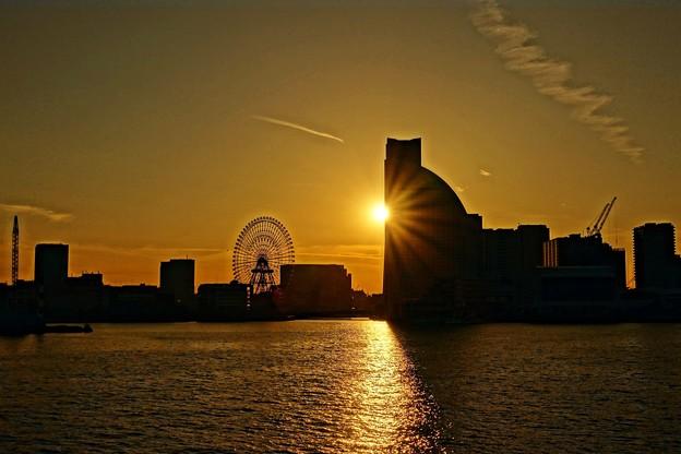 ランドマークに陽が落ちる。