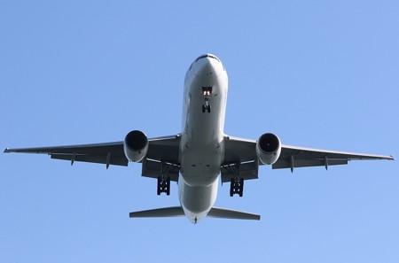 A滑走路に着陸する飛行機(3)