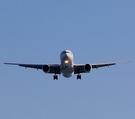 A滑走路へ降下進入する飛行機(2)
