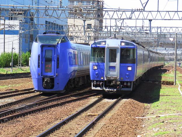 183と283が並んだ。 @函館本線 白石駅