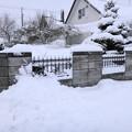 写真: 門前の雪