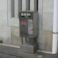 兵庫県伊丹市の福知山線伊丹駅裏口前の白ポスト、向かって右。(2015年)