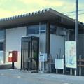 米原市の東海道本線柏原駅前の白ポストと周囲。(2015年)