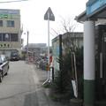 徳島県小松島市の牟岐線南小松島駅の白ポストと周囲の位置関係。駅を出て右、客待ちタクシーが見守る位置。(2015年)