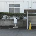徳島県藍住町の体育センター前の白ポストと周囲。密集地区に川を挟んで接する。(2015年)