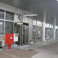 岡山県和気町の山陽本線和気駅前の白ポストと周囲。出入口を出て右、電話箱の陰。(2015年)
