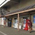 岡山県倉敷市の宇野線茶屋町駅前の白ポストと周囲。(2015年)