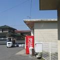 備前市の赤穂線伊里駅前の白ポスト越しに駅を視界に入れる。(2015年)