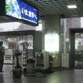 福井県の北陸本線福井駅の白ポストと周囲。TVの半常設機材の後ろ。入れる姿を映してもらえそう!(2015年)