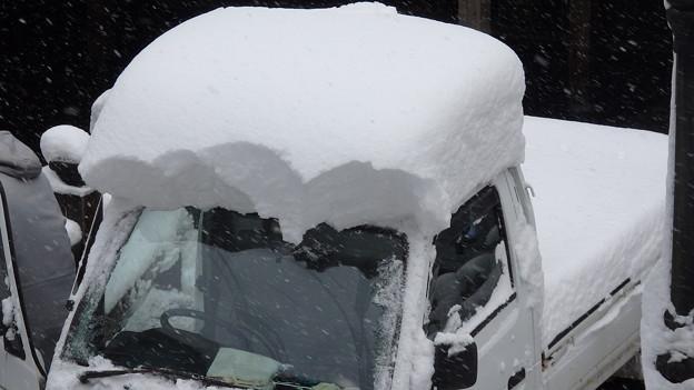 写真: 雪おろしの軽トラ