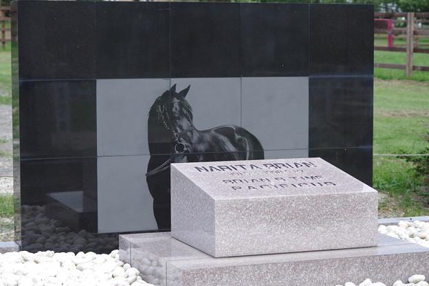 ナリタブライアンの墓碑