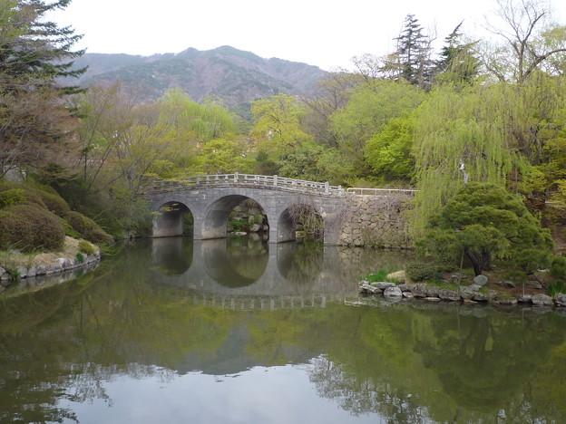 *やわらかに柳青める慶州の御寺目に見ゆ泣けとごとくに     Bulguksa,Korea
