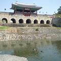 真鴨と華虹門 Hwahongmun of Hwaseong Fortress   *春昼に真鴨の漁る堰堤ゆ見上げて高き華虹(はなにじ)の門