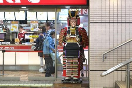 2015.04.24 駅 KFC 鎧カーネルさん