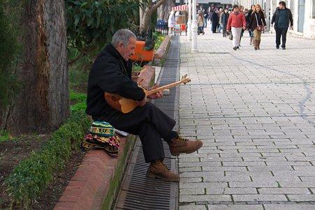 2011.01.28 トルコ イスタンブル アヤソフィア 前 サズを奏でる帽子売りさん