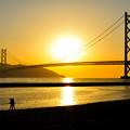 写真: 夕焼けと明石海峡大橋