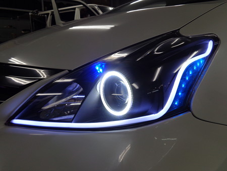 プリウスα 千葉県 NEWアウディ風LED取付 ホワイト左