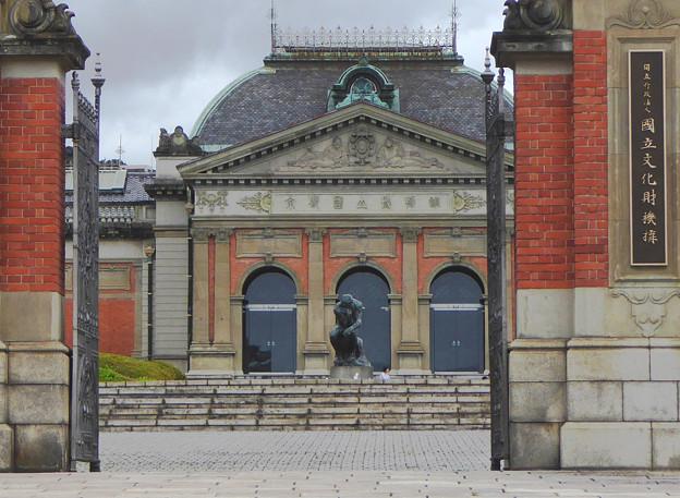 博物館の前で考える人
